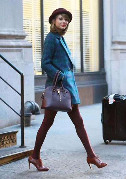 FAMEFLYNET – Taylor Swift Shows Off Her Winter Style